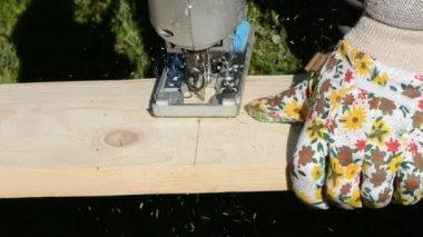 Stolarz drewniana deska do krojenia z piły szablowe — Wideo stockowe