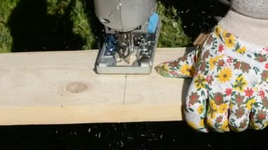 Elektrikli testereyle marangoz ahşap tahta kesme — Stok video