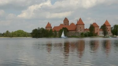Yacht on lake near Lithuanian historical castle Trakai — Stock Video
