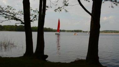 Яхта парусный на озере — Стоковое видео