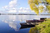 Höstens sjön lasndscape med båtar — Stockfoto