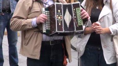 Człowiek w uczciwej gry z rocznika akordeon — Wideo stockowe