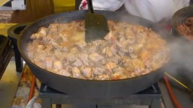 Cooking hot meat stew in big pan — Stock Video