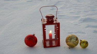 Juguetes de navidad y la lámpara sobre la nieve de invierno — Vídeo de Stock