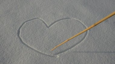 Drawing Valentine hearts on winter snow — Stock Video