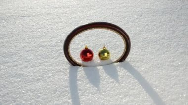 Oval frame and two Christmas balls on snow — Vídeo stock