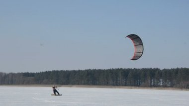 Winter snow kiting on the lake ice — Stock Video