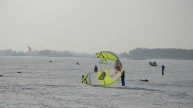 Snowkiting sobre o gelo do lago de inverno — Vídeo stock
