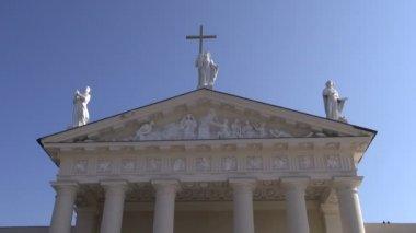 Vilnius katedral skulptur med gyllene kors — Stockvideo
