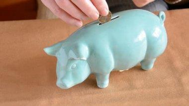 把钱放在蔚蓝的存钱罐 — 图库视频影像