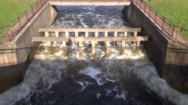 Water splash in river dam — Stok video