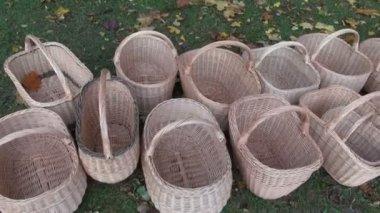 Ručně vyráběné proutěné košíky v zemědělství veletrh — Stock video