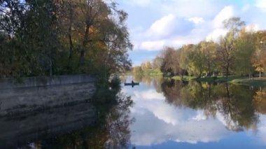 Lonely fishermans boat on autumn river — Stock Video