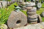 Zbiory historyczne kamień młyński w gospodarstwie — Zdjęcie stockowe