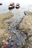 Kanalizasyon su kirliliği kanal kutsal ganj nehri, hindistan — Stok fotoğraf