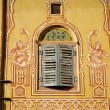 Ornamental wall and wooden window in Jaipur, India — Stock Photo