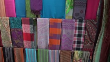 Colorful shawls in market, India — Stock Video