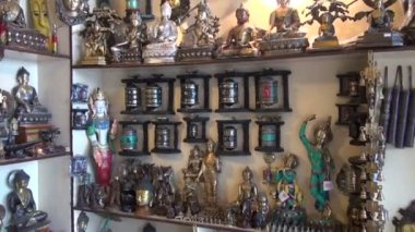 Tibetan buddhist souvenirs and religious objects in shop, India — Stock Video