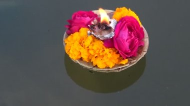 Hinduism ceremony puja flowers and candle on Ganges water, India — Stock Video