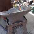Vídeo Stock: Blacksmith in fair forging metal object