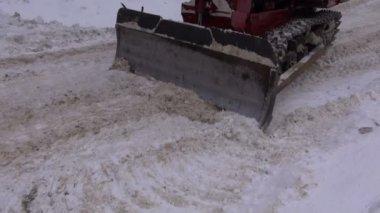 Caterpillar trator trabalhando na estrada com neve — Vídeo stock
