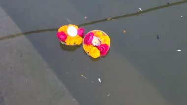 Hinduism religious ritual puja flowers on Ganges water, India — Stock Video