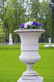 Pote de flor decorativa recargado en park manor — Foto de Stock
