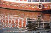 Boot-fragment und reflexionen am fluss ganges, indien — Stockfoto