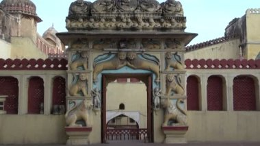 Ornate gate arch with beautiful lion reliefs in Jaipur, India — Stock Video