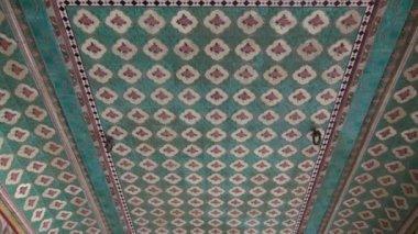 Ozdobny sufit ozdoby w świątyni hinduskiej jaipur, indie — Wideo stockowe