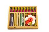 Drewniane pudełko z naturalne indyjskie kadzidła na białym tle — Zdjęcie stockowe