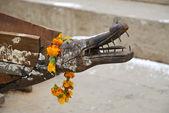 Alten holzboot mit koepfe in varanasi, indien — Stockfoto