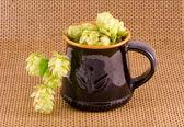 Tasse en céramique pour la bière avec les cônes de houblon — Foto de Stock