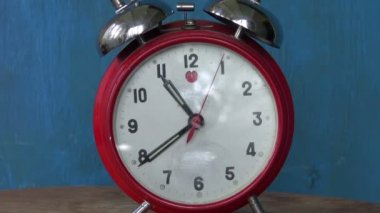 Classic old  red alarm clock  arrow motion — Stock Video