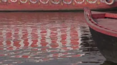 Boats on Ganges river in sacred indian city Varanasi — Stock Video