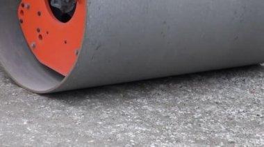 Road roller machine on urban park pathway — Stock Video