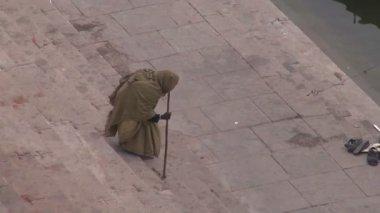 Beggar on sacred Ganges river ghats in Varanasi, India — Stock Video