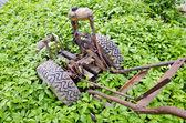 Staré nefunkční motor pluh v jarní zahradě farmy — Stock fotografie