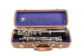 Gamla begagnade klarinett i gamla fall isolerade — Stockfoto