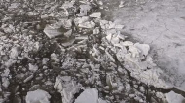 Beginning of  ice drift on spring time  river — Vídeo de stock