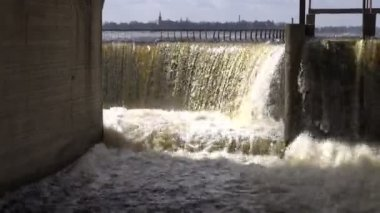 Lake dam in spring. Water overflow — Stock Video