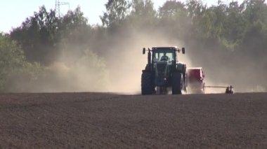 Tractor seeding grain crop on farm field — Stock Video
