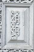 Antigo fragmento de porta de madeira esculpida com ornamentos — Fotografia Stock
