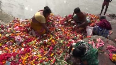 Prayers and flowers  near Dakshineswar Kali temple, December 25, 2013, Kolkata ,India — Stockvideo