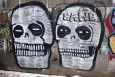 Two grafitti skull on city wall — Stock Photo