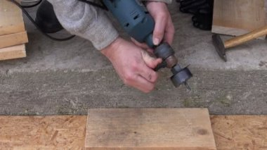 Drill tool for starling bird house hole — Stockvideo