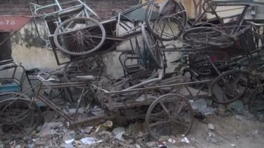 Old broken rickshaw bicycle for recycling in street, India — Wideo stockowe