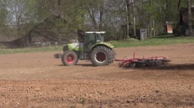 Tractor cultivated land in spring — Stock Video
