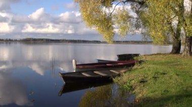 Bateaux sur le lac automne et réflexions — Vidéo