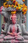 Estátua de buda com flores na cidade velha de katmandu — Fotografia Stock